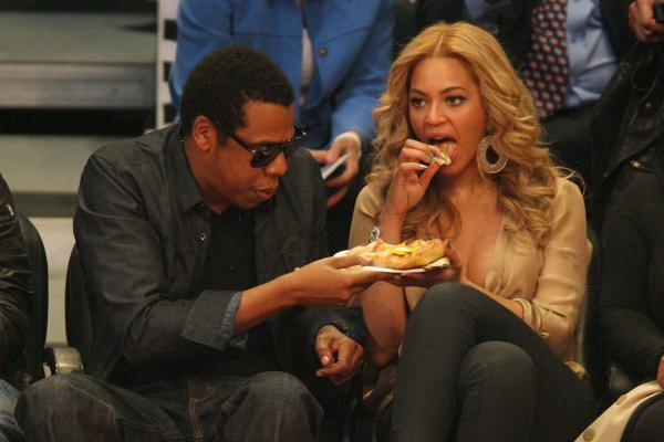 picture source: http://www.thedailybeast.com/galleries/2012/07/05/justin-bieber-beyonce-more-celebrities-eating-hot-dogs-photos.html